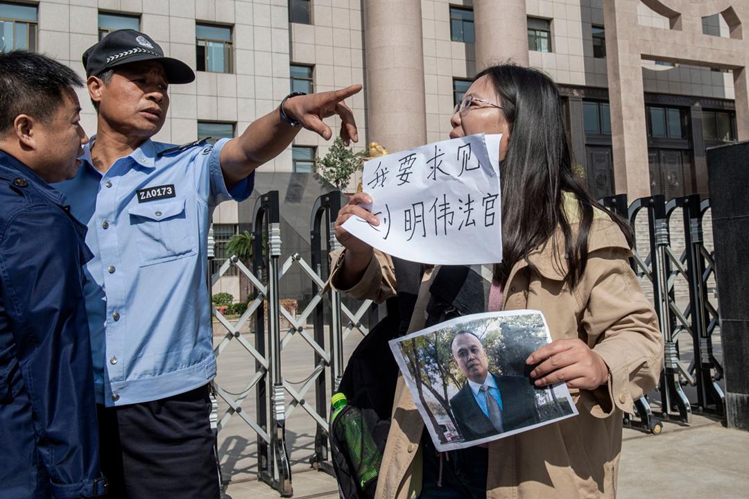2019年10月31日,許艷前往徐州中級人民法院,要求就丈夫余文生所涉案件的審訊程序問題,與傳聞主理案件的法官會面。 攝:Nicolas Asfouri / AFP via Getty Images