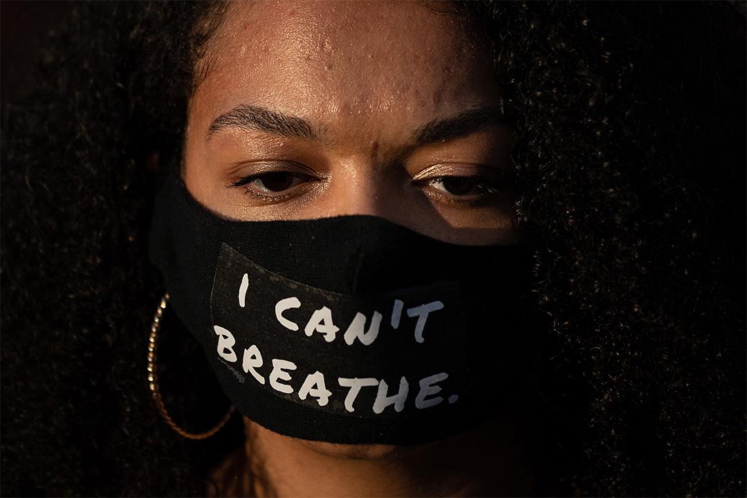2020年6月4日西班牙巴塞羅那,示威者戴著口罩上面寫著``我不能呼吸''哀悼喬治弗洛伊德之死。