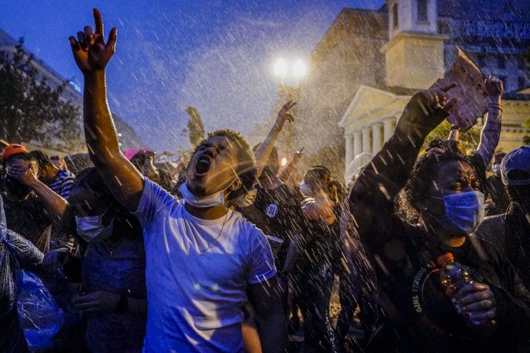 2020年6月4日,美國華盛頓白宮外的民眾抗議警方殺害弗洛伊德。 攝:Evan Vucci/ AP/ 達志影像