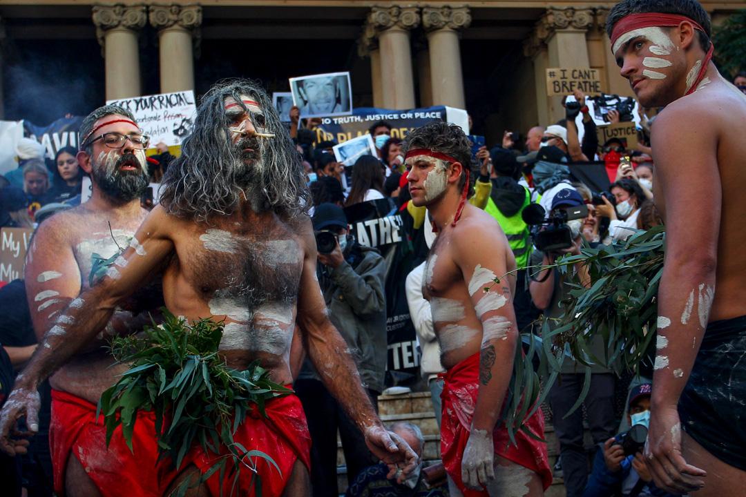 2020年6月6日,澳洲民眾響應美國反種族歧視遊行,原住民在雪梨市政廳前舉行傳統煙火儀式。 攝:Lisa Maree Williams/Getty Images