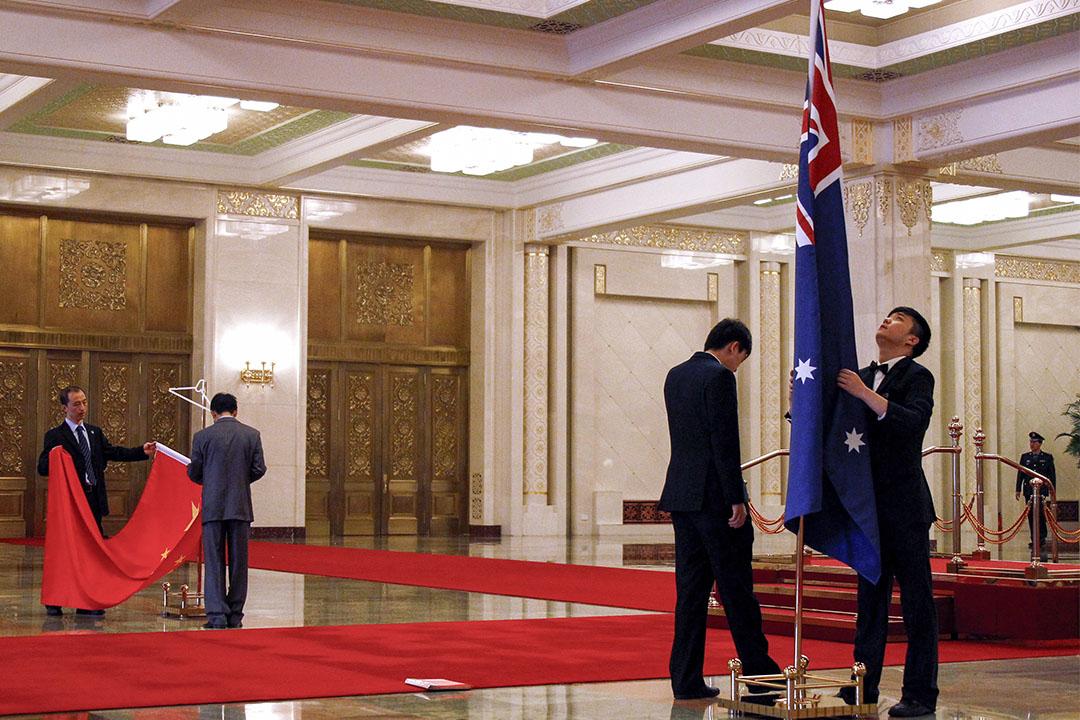 2011年4月26日北京,人民大會堂舉行的澳洲總理茱莉亞的歡迎儀式開始前,職員準備澳大利亞和中國的國旗。