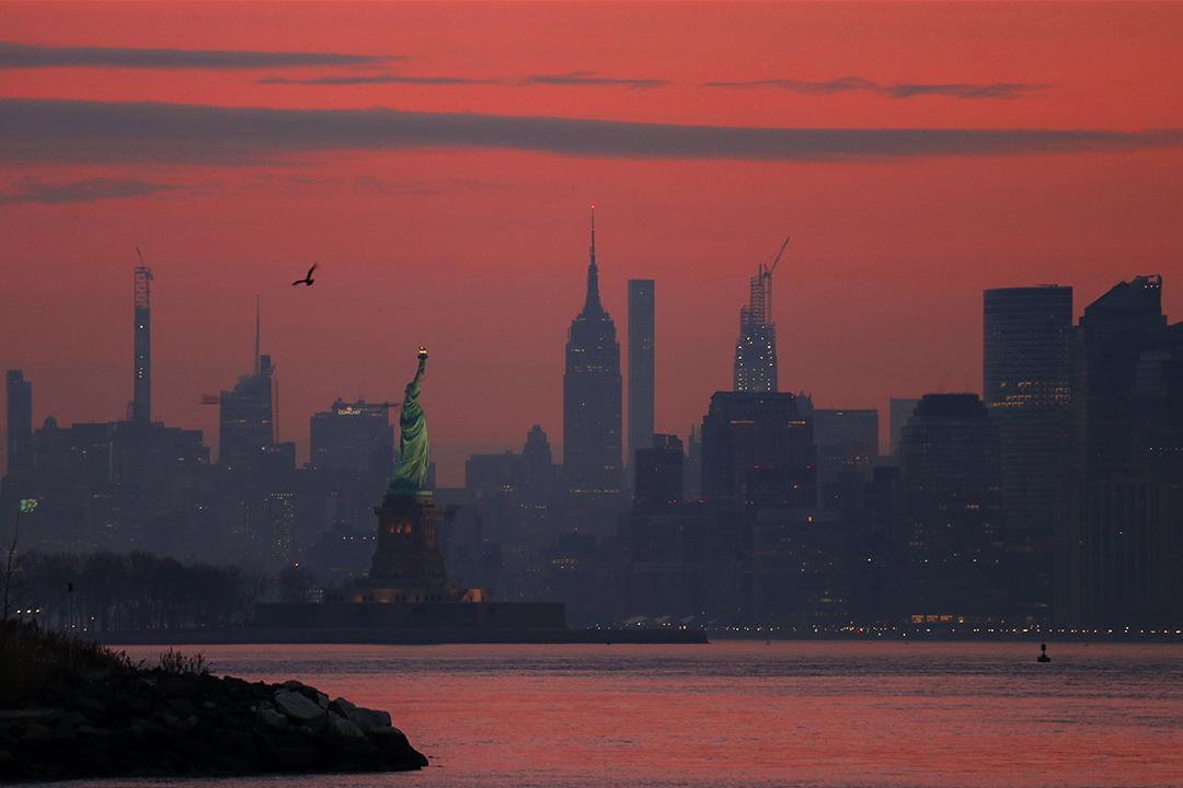2019年12月29日紐約市,自由女神像和帝國大廈。
