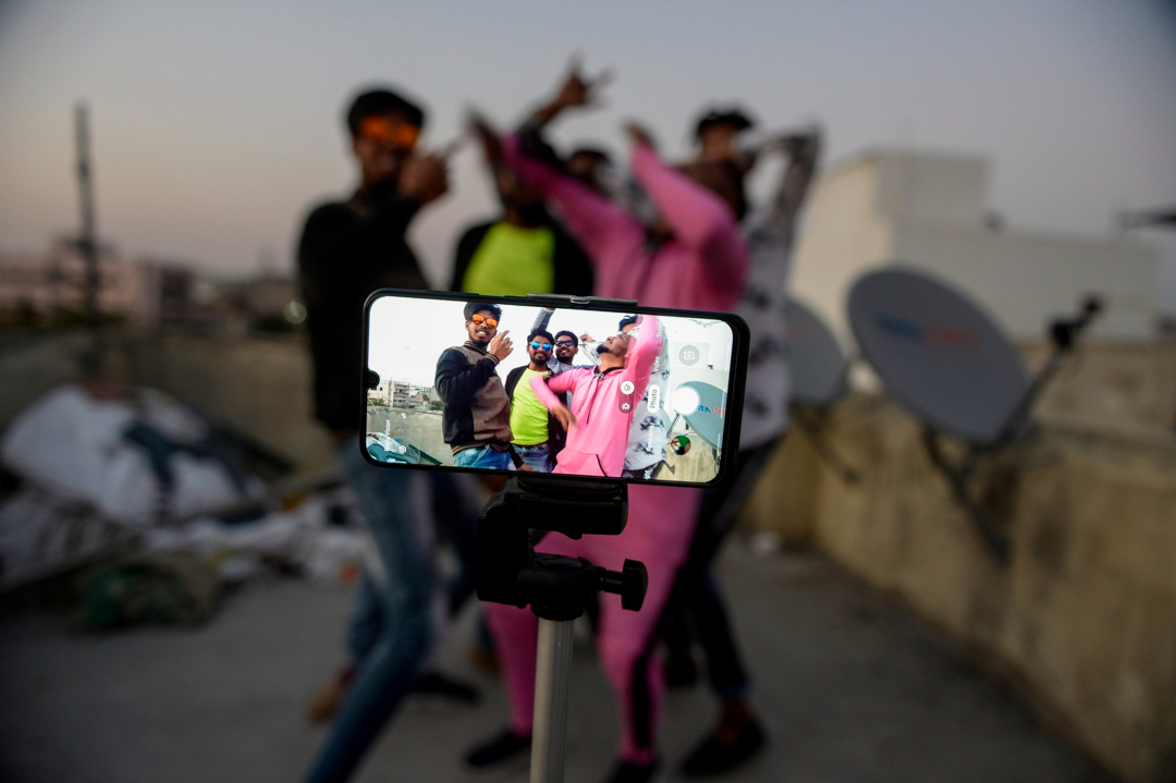 2020年2月14日,印度海德拉巴的年輕人正在錄製上傳至TikTok 的影片。 攝: Noah Seelam/AFP via Getty Images
