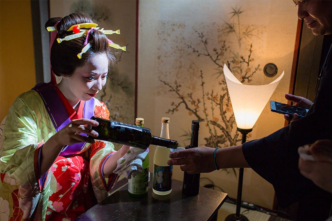 2015年5月30日京都,一名藝妓在斟酒給客人。