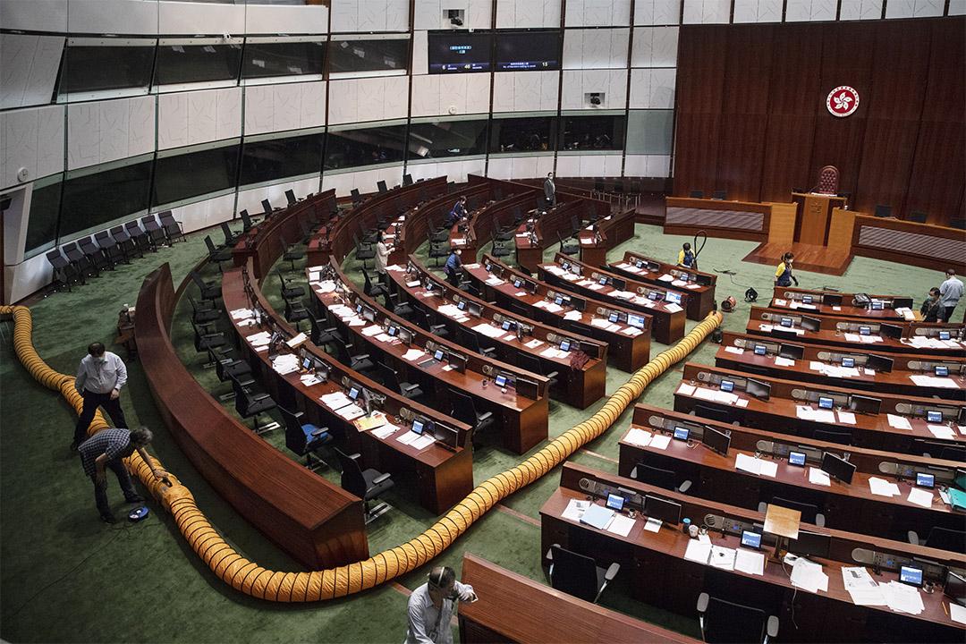 2020年6月4日香港,立法會審議《國歌法》期間,泛民議員在議事廳拋擲了有異味的物件,立法會休會並嘗試清理現場的氣味。