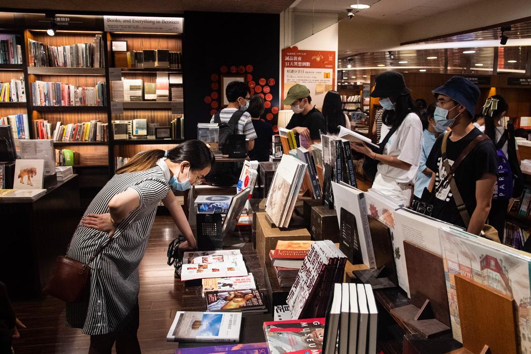 2020年5月30日敦南誠品,市民到將結業的誠品看書。 攝:Eason Lam/端傳媒