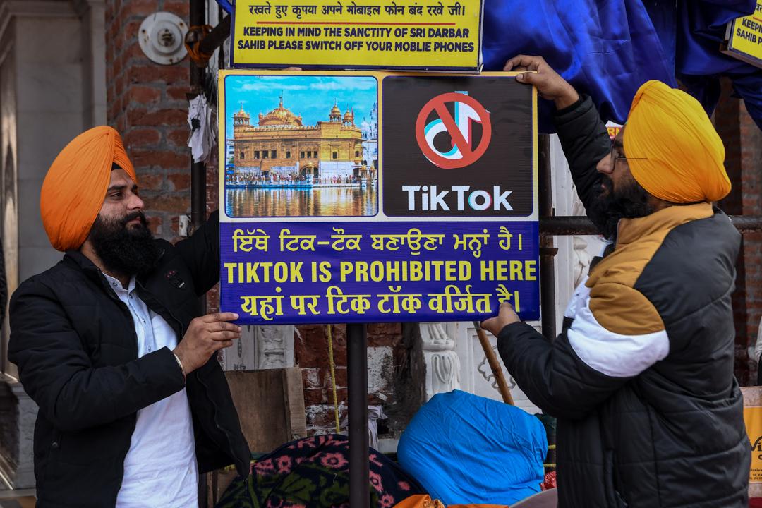 2020年2月10日,印度阿姆利則的錫克教徒正在哈曼迪爾寺附近舉牌呼籲遊人禁止在寺內使用TikTok。