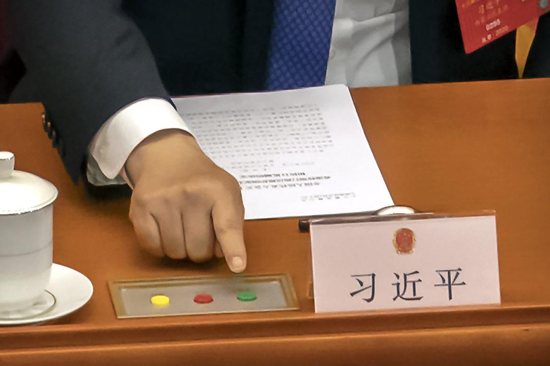 2020年5月28日北京,中國國家主席習近平在中國全國人民代表大會閉幕期間,對有關香港國安法草案進行投票。