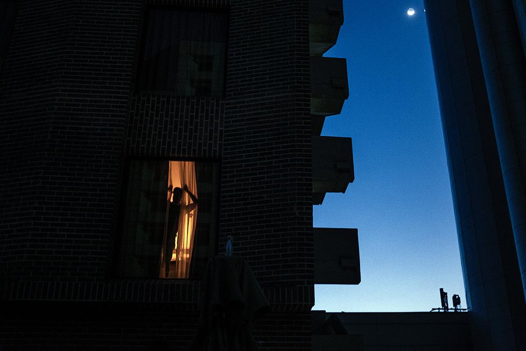 2019年3月10日一家旅館的窗戶上看到一個人的剪影。 攝:Carlos Becerra/Bloomberg via Getty Images