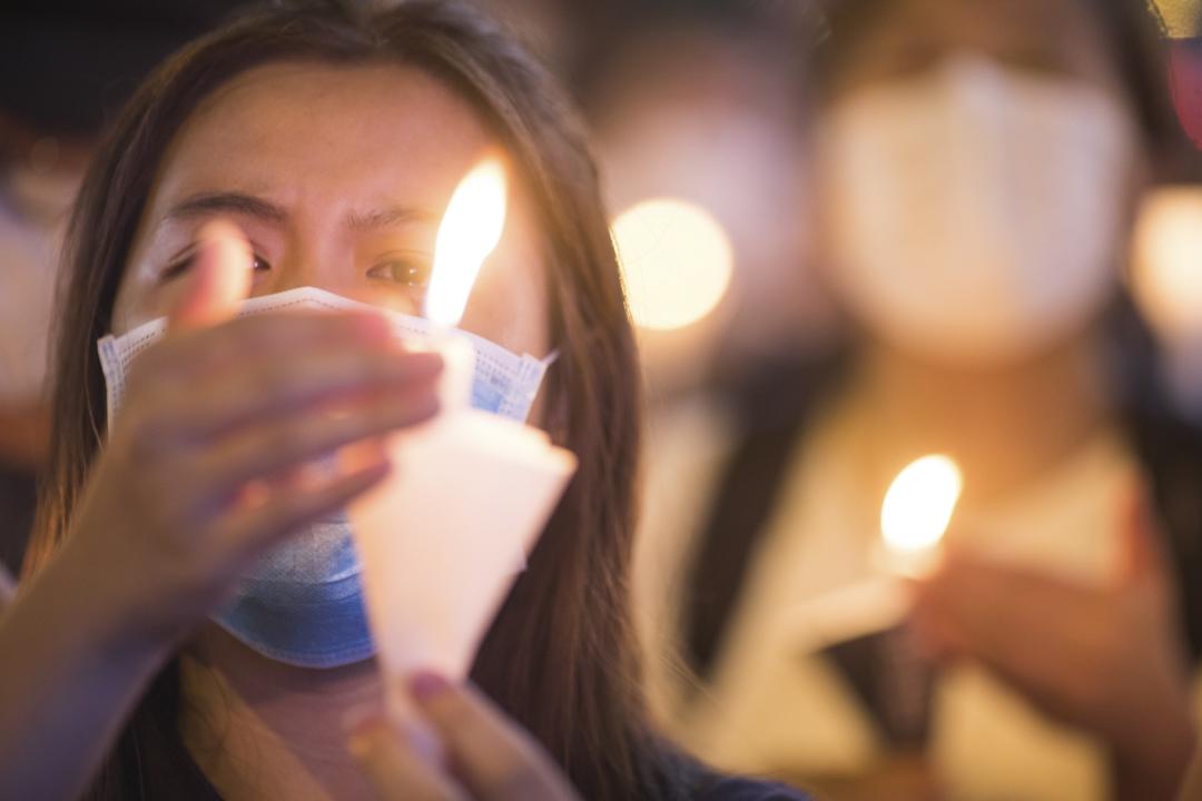 2020年6月4日旺角,悼念六四的市民點起燭光。