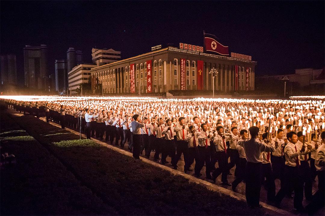2015年10月10日北韓,志願者參加了平壤舉行的火炬表演紀念勞動黨成立70週年。
