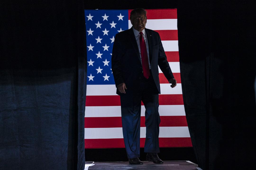 2020年6月20日,美國俄克拉荷馬州舉行的競選集會上,特朗普登上舞台。 攝:Evan Vucci/AP/達志影像