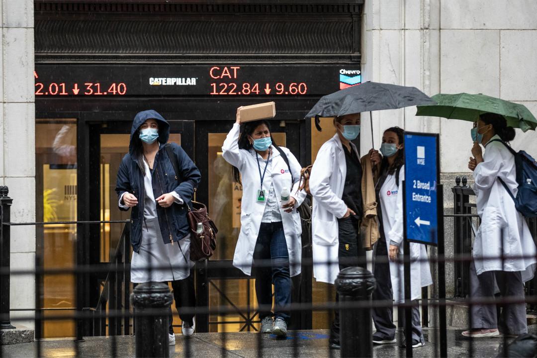 2020年6月11日,美國紐約,醫護人員離開紐約證券交易所。 攝:Jeenah Moon/Getty Images
