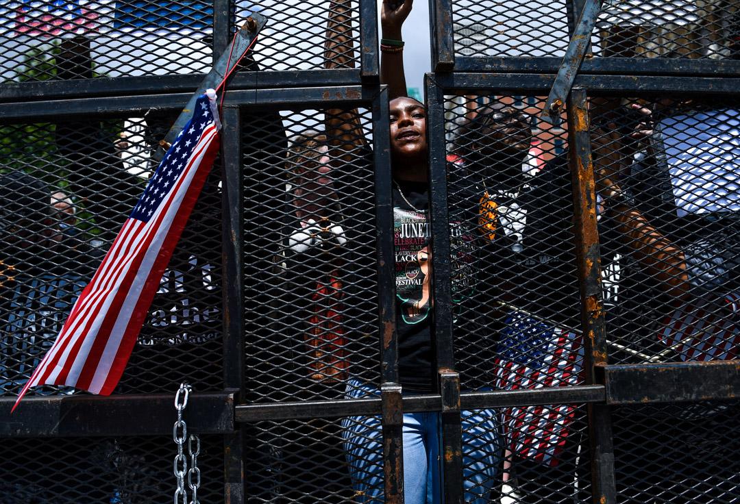 2020年6月20日,美國奧克拉荷馬州的特朗普競選集會外,支持Black Lives Matter運動的示威者在場外抗議。 攝:Brendan Smialowski / AFP via Getty Images