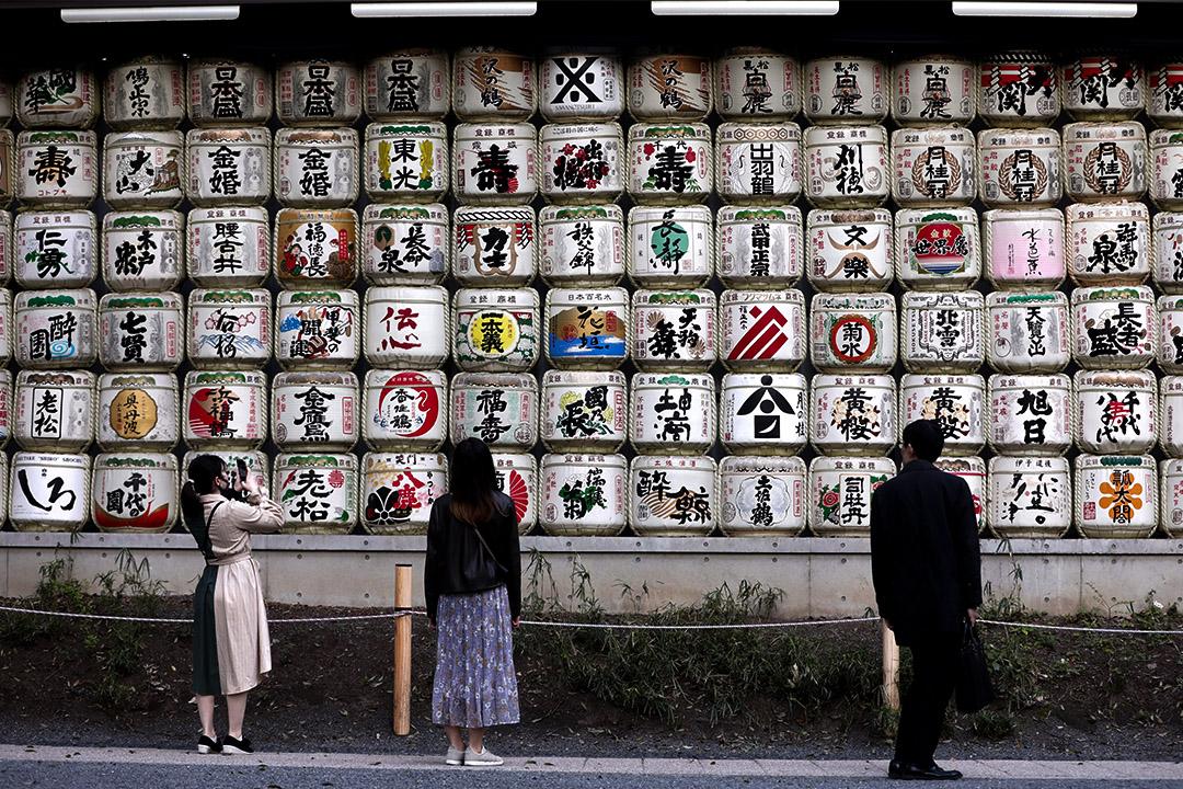 2020年4月7日東京,神社入口處排列一桶桶清酒。