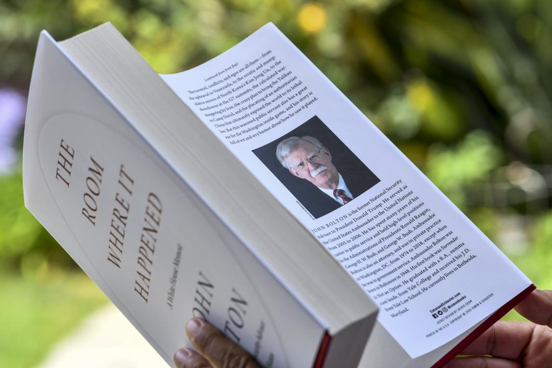 2020年6月23日,女士正在閱讀約翰•博爾頓(John Bolton)的新書。