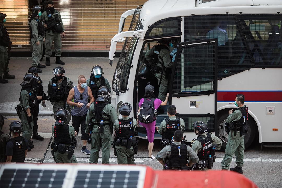2020年6月28日旺角,香港有市民遊行抗議國安法,一批市民被捕並被警察帶上警車。 攝:陳焯煇/端傳媒