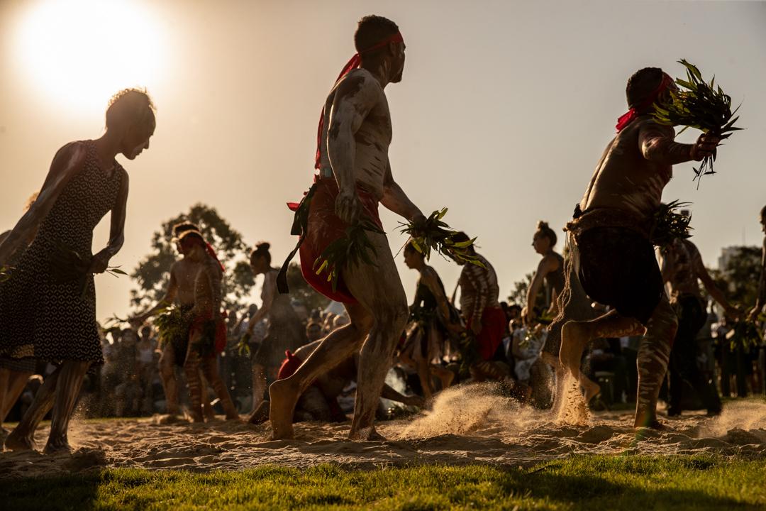 2019年1月26日,澳洲國慶日,巴蘭加魯的澳洲原住民正在傳統煙火儀式期間跳舞,紀念二百年前因英國殖民而死去的原住民。