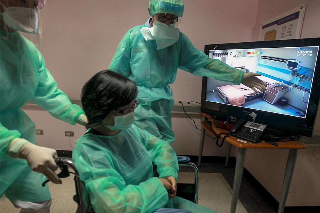 2015年6月4日台北市立醫院,醫務人員在演習期間將模擬病人送至隔離病房。  攝:Pichi Chuang/Reuters/達志影像