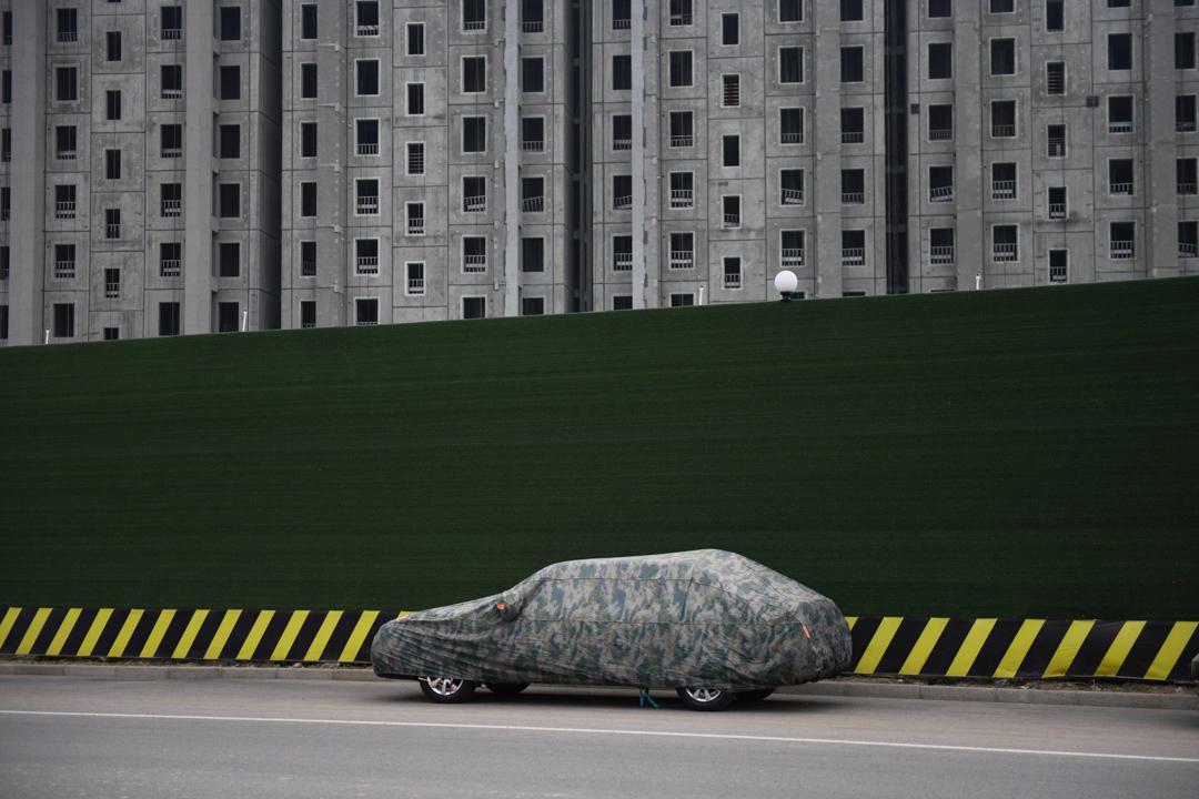 2020年5月7日,北京一個建築工地外泊著一輛汽車。