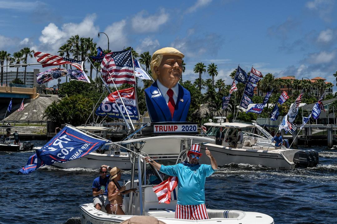 2020年6月14日,特朗普的支持者在佛羅里達州一個海港參加一個慶祝特朗普生日的遊船活動。 攝:Chandan Khanna/AFP via Getty Images