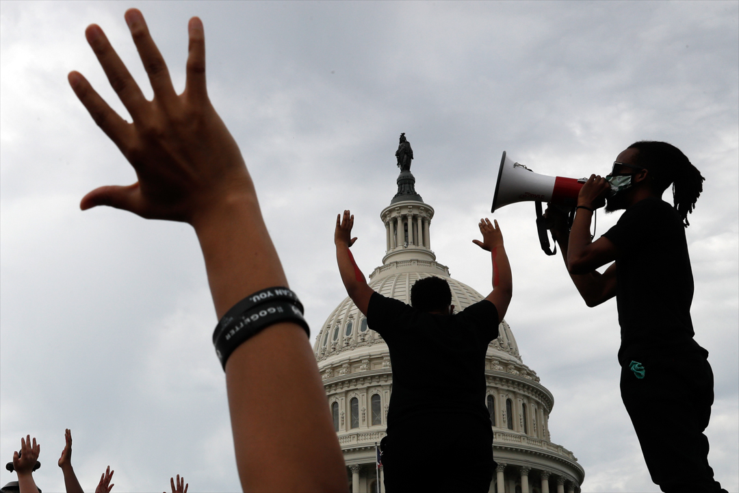 2020年6月3日,華盛頓的示威者在美國國會大廈外抗議警察殺害非裔人士弗洛伊德。