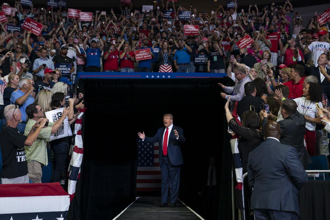 2020年6月20日,美國俄克拉荷馬州舉行的特朗普競選集會上,支持者吶喊。
