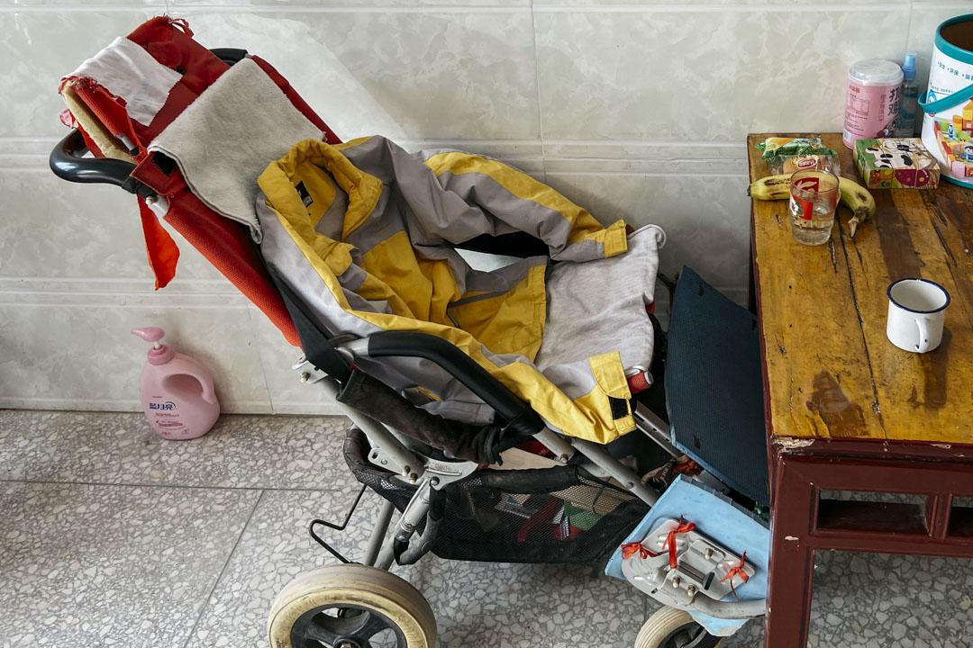 鄢成生前所使用的輪椅還完好留下家中。