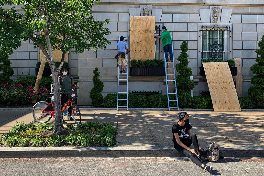 2020年6月1日,白宮附近的酒店遭到縱火和打砸,工作人員正在窗上釘木板,預防未來衝突加劇會進一步破壞建築。