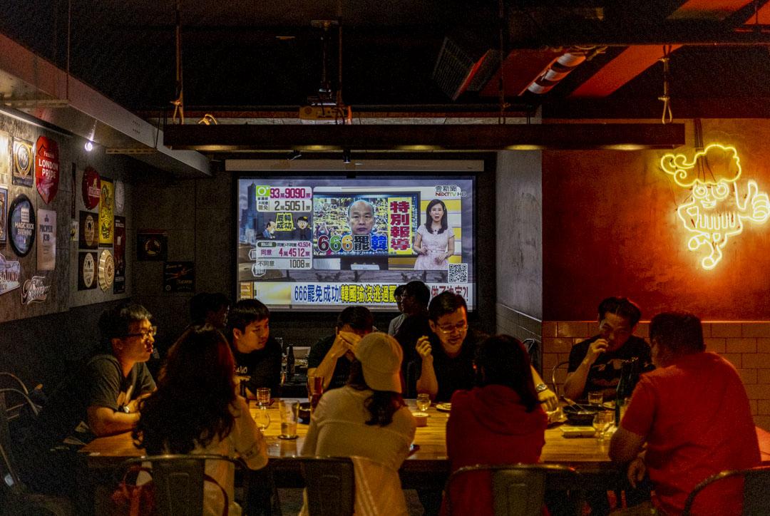 2020年6月6日,台北酒吧的電視上播放罷免韓國瑜新聞報導。  攝:張國耀/端傳媒