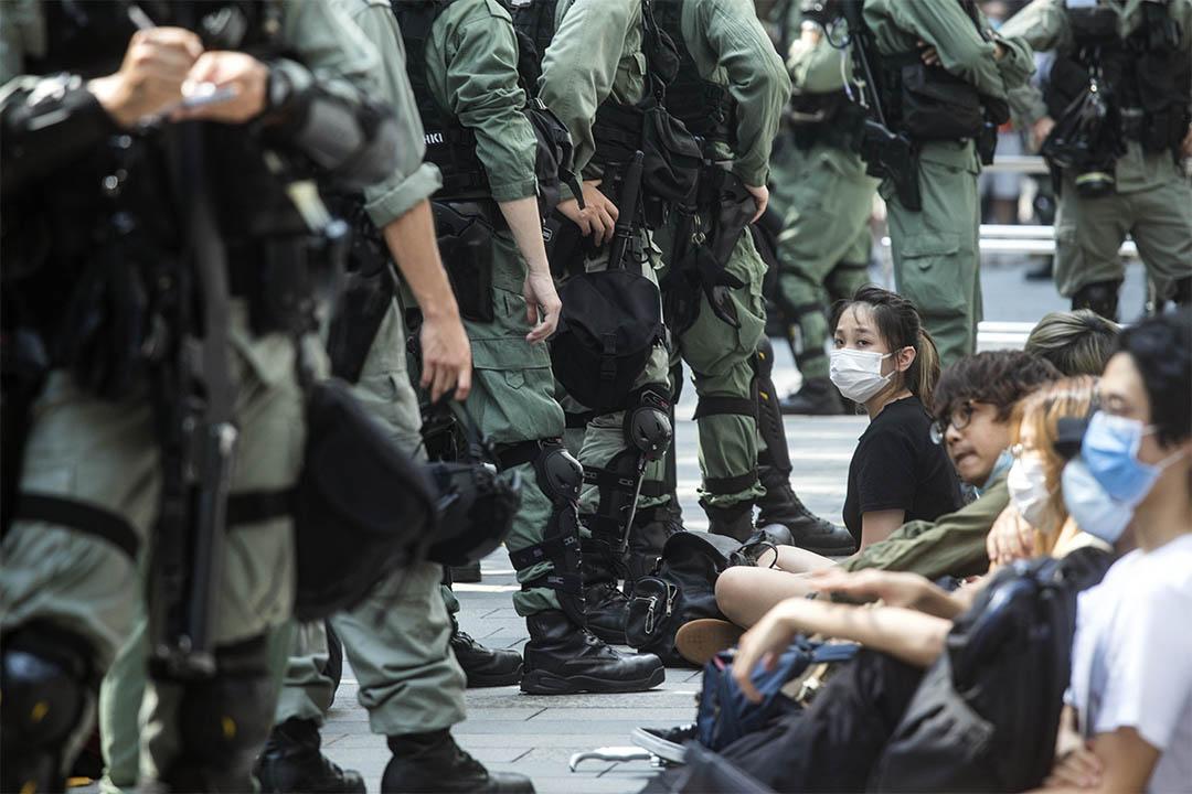 2020年5月27日香港,示威者在銅鑼灣被警察圍捕,並送上警車。 攝:陳焯煇/端傳媒