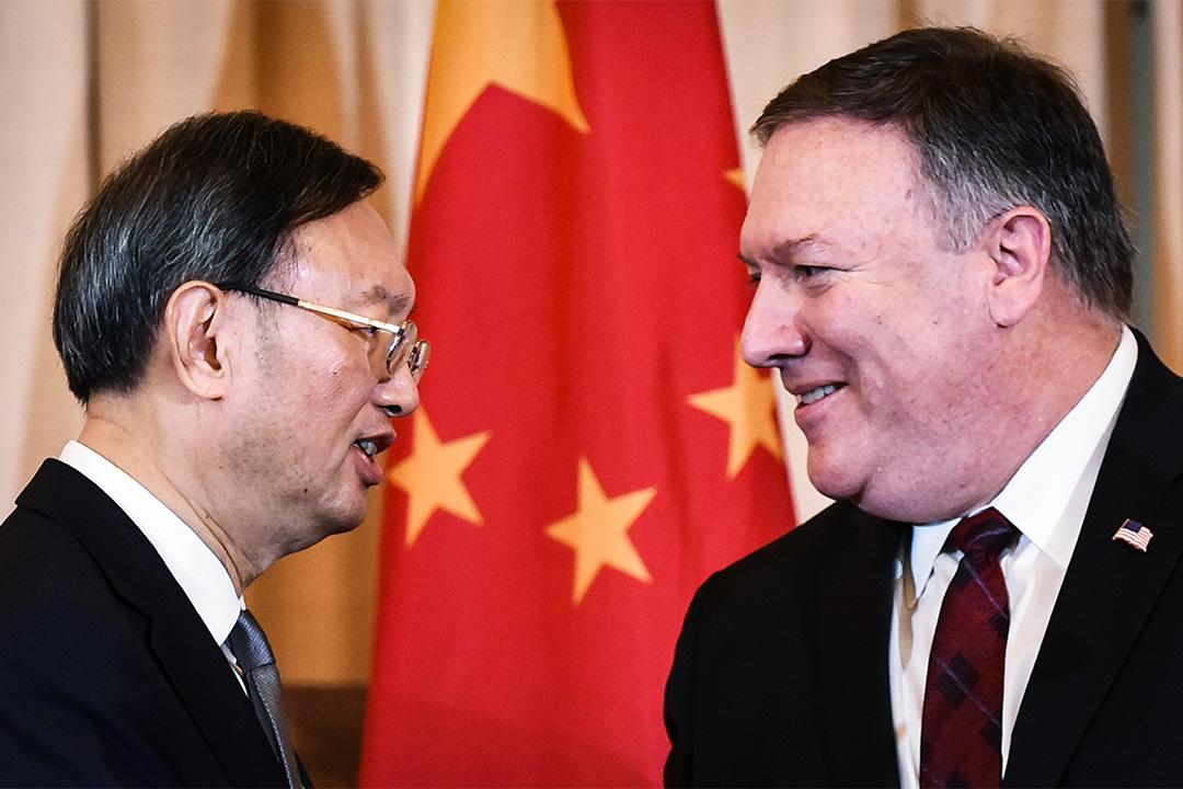 2018年11月9日華盛頓,中美外交與安全對話期間的新聞發布會上,美國國務卿蓬佩奧和中央政治局委員楊潔篪握手。
