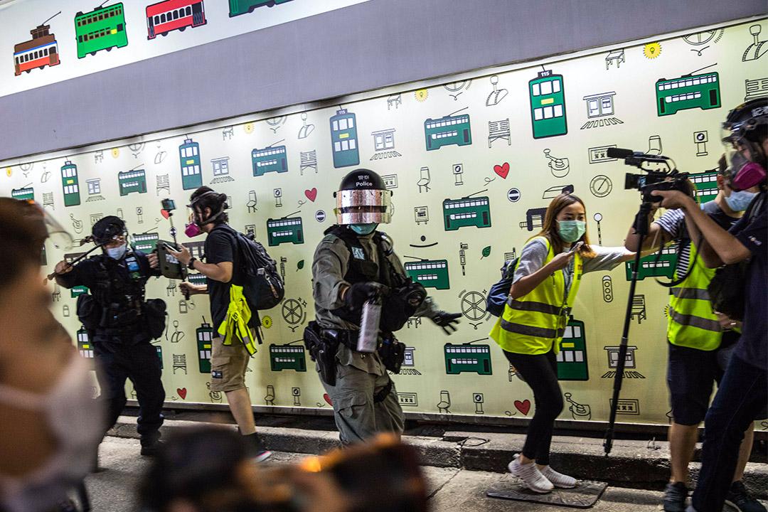 2020年6月9日香港中環,示威者在中環遊行,警察驅散後剩下記者在馬路上。