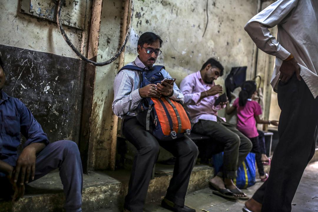 2020年2月15日,印度孟買的人正在街上使用手機。