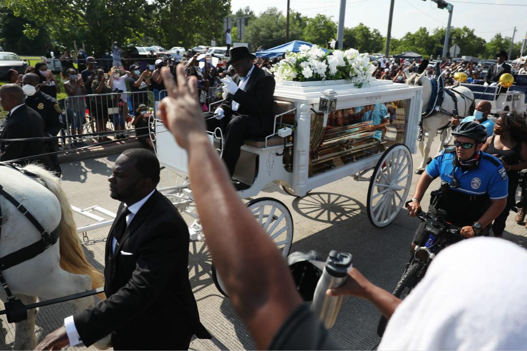 2020年6月9日,美國德州侯斯頓市(Houston),喬治·弗洛伊德(George Floyd)葬禮隊伍。 攝:Joe Raedle/Getty Images