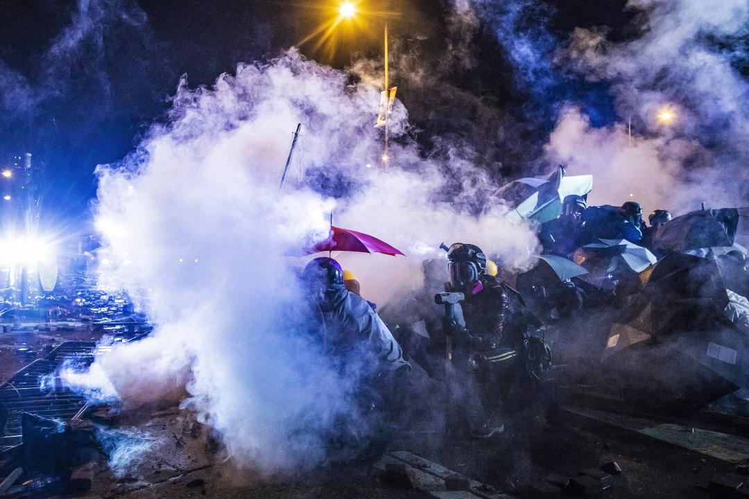 2019年11月18日香港,示威者佔領香港理工大學,警察施放催淚彈驅散。