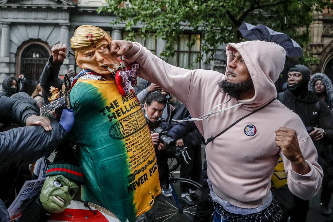 2020年6月6日,英國倫敦的示威者上街聲援美國示威,期間拳擊一個特朗普造型的玩偶。