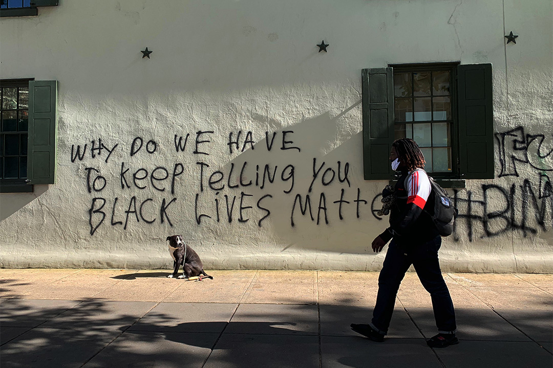 2020年6月1日,兩位非裔年輕人Sherese Teixeira和Kystin Gambrell在白宮附近的建築外牆上塗鴉。