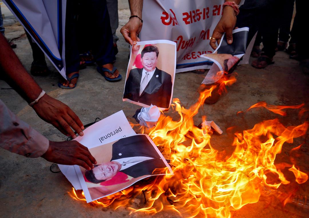 2020年6月16日,印度艾哈邁達巴德的示威者焚燒習近平的肖像,抗議解放軍士兵在加勒萬河谷的暴力對峙中殺死三名印度軍人。