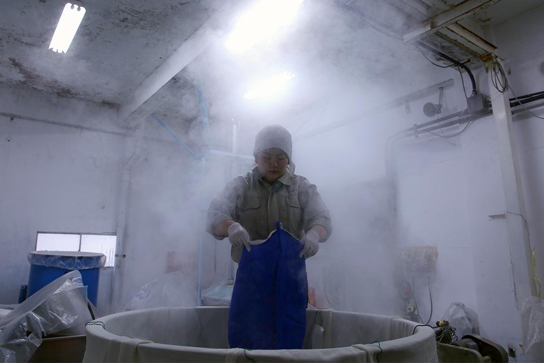 2014年11月16日日本姬路市,釀酒師傅為釀造清酒作準備。 攝:Buddhika Weerasinghe/Getty Images