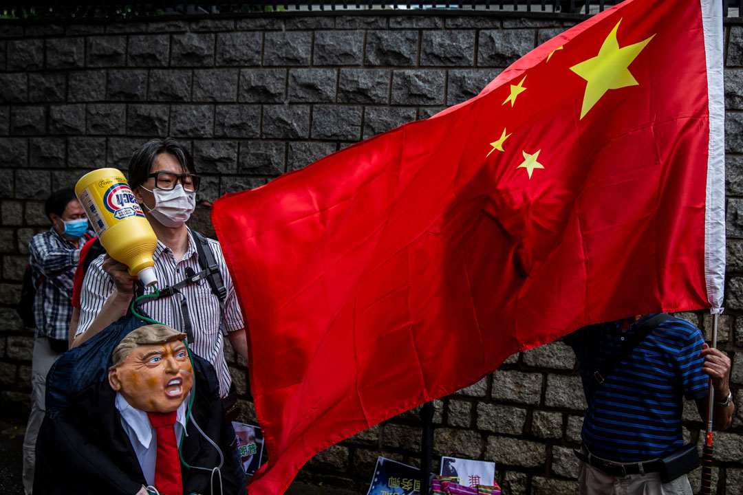 2020年5月30日,親中團體到美國駐香港領事館外抗議美國干預中國內政,手持美國總統特朗普的肖像。