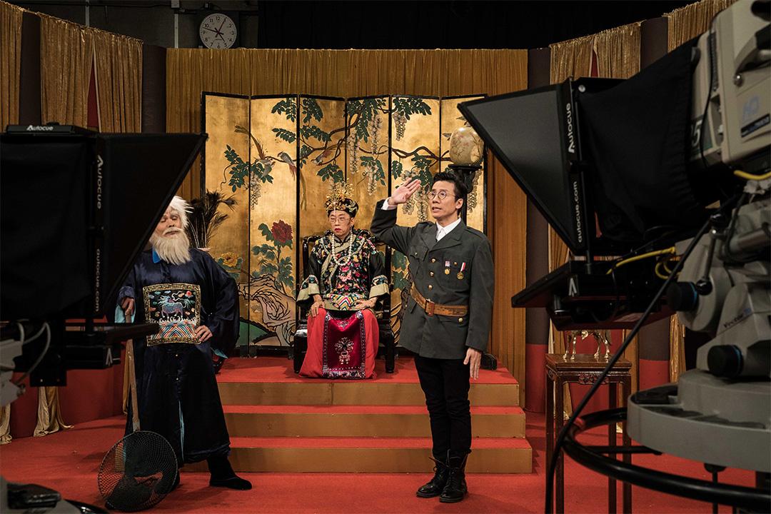 香港電台的錄影廠內正拍攝最後一集的《太后與小豪子》。
