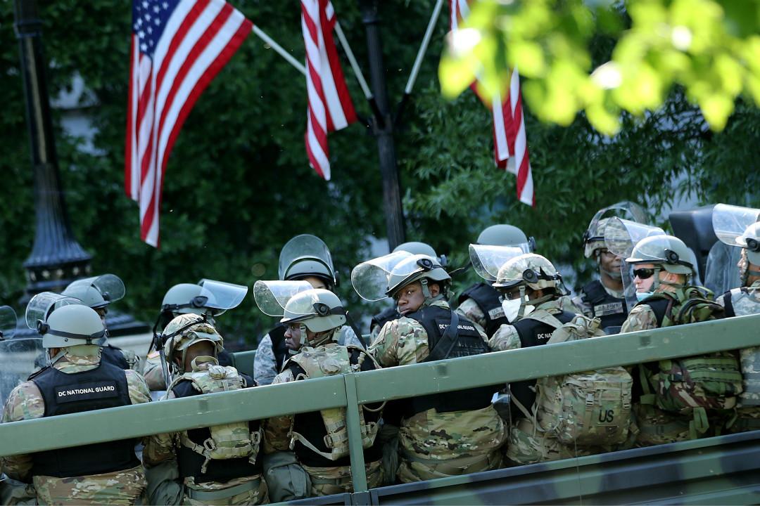 2020年6月1日,卡車運送華盛頓特區國民警衛隊前往白宮附近支援。 攝:Chip Somodevilla/Getty Images