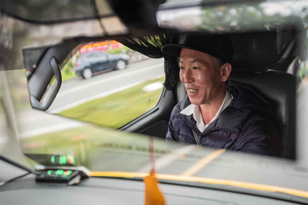 計程車司機山野人經常駕車尋花。