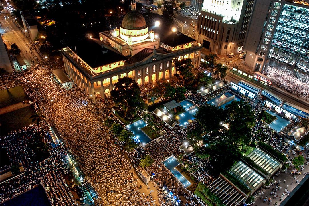 2003年7月9日,示威者聚集在香港立法會外面,抗議廿三條立法。