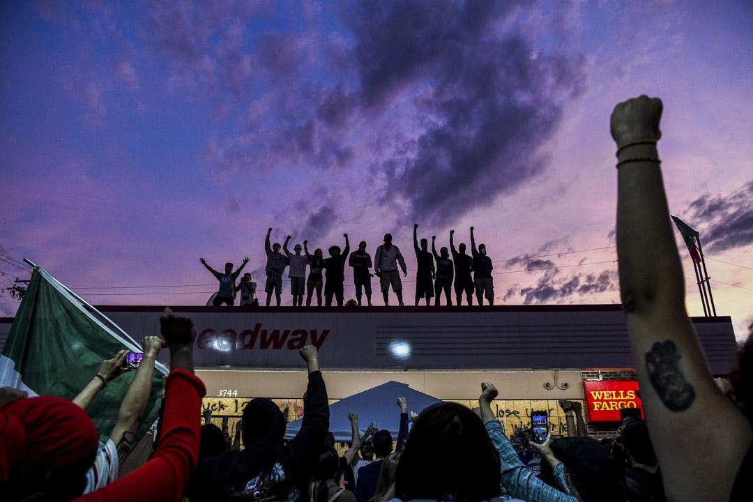2020年6月2日,明尼蘇達州明尼阿波利斯市,示威者為紀念喬治·弗洛伊德(George Floyd)舉起手並喊口號抗議。 攝:Chanan Khanna/AFP via Getty Images