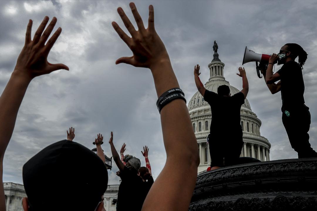2020年6月3日,示威者在白宮外聚集抗議。