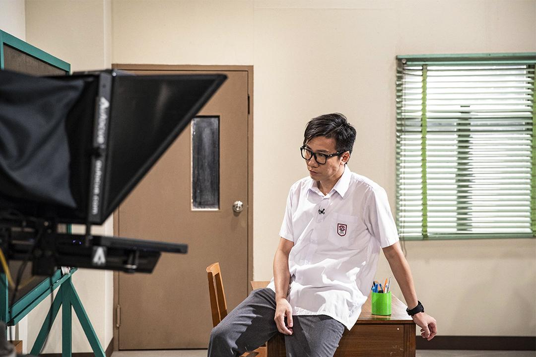 扮演黃之鋒的曾志豪在正式拍攝前預備。