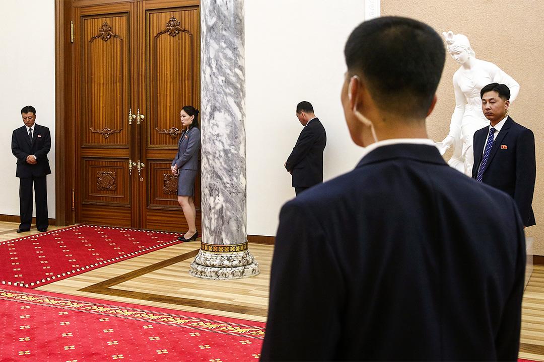 2018年5月31日北韓,金正恩與俄羅斯外交大使謝爾蓋拉夫羅夫會議期間,金與正和保安人員在門外。