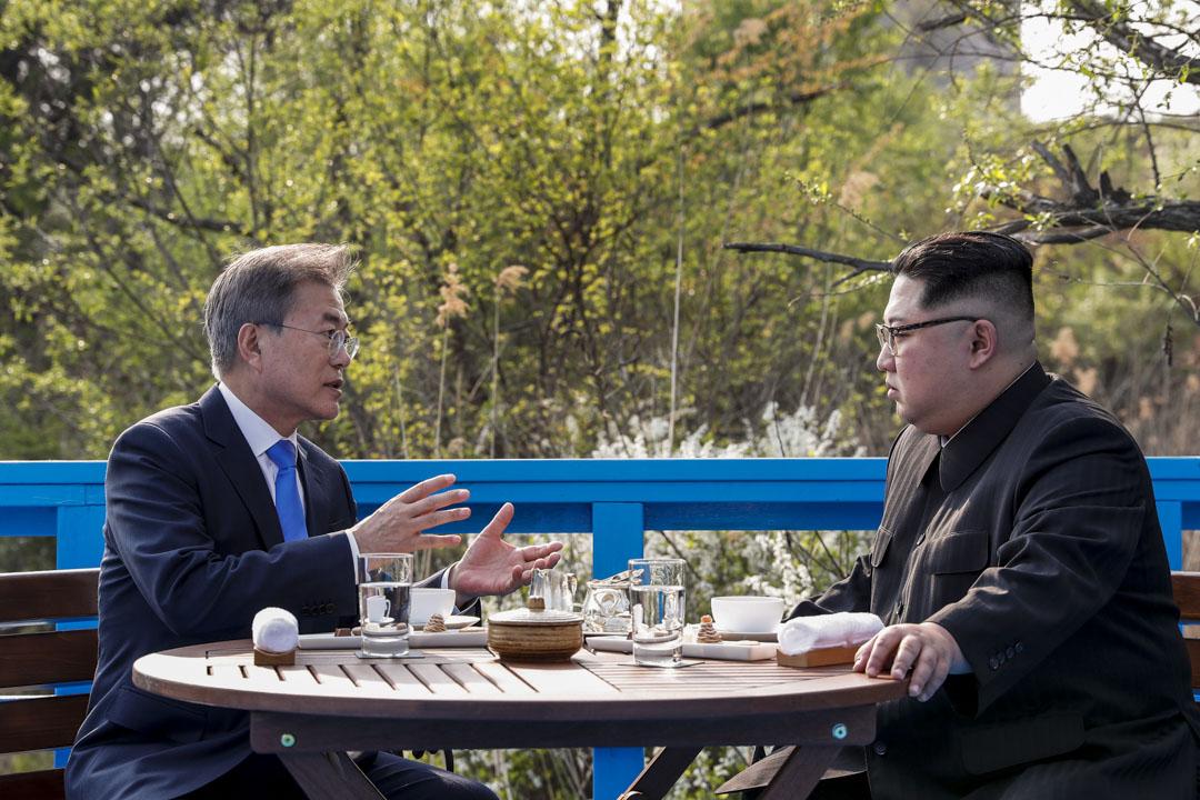 2018年4月27日,北韓領導人金正恩和南韓總統文在寅在朝韓首腦會議期間私下談話。